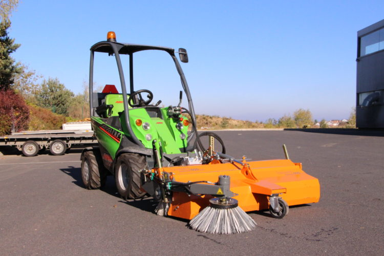 balayeuses frontales pour tracteurs et chargeurs compacts